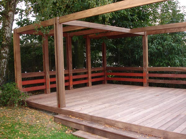 construction de pergolas en bois pergolas pour apporter une touche tr s singuli re au jardin. Black Bedroom Furniture Sets. Home Design Ideas